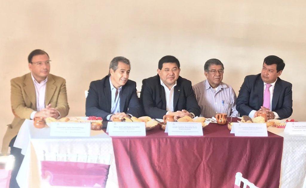 El Mtro. José Luis Beato durante la firma del convenio